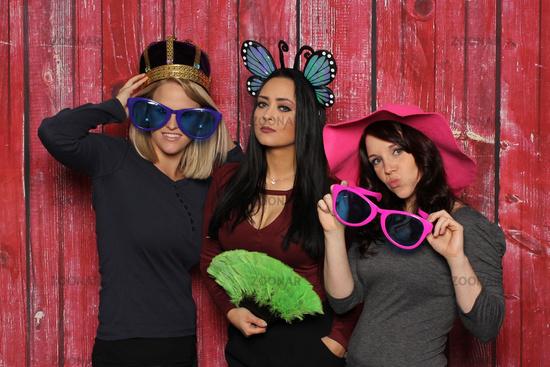 königin und feine damen vor einer fotobox - photobooth party