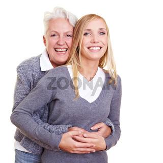 Oma umarmt Enkelin