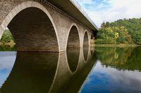 Spiegelung an der Brücke