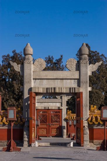 Ornamentverzierte Altartore im Pekinger Erdtempel