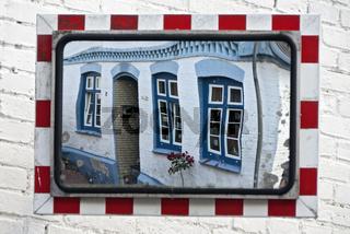 Hausfassade in einem Verkehrsspiegel