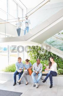 Schüler oder Studenten beim Smalltalk