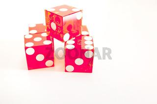 Casino Wuerfel rot auf weißem Untergrund