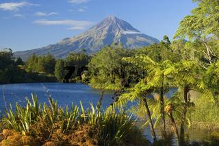 Mount Egmont, See, Baumfarne und der in einem perfekten Konus geformte Vulkan Mount Egmont, auch Mount Taranaki genannt, Taranaki, Suedinsel, Neuseeland Mount Egmont, lake, tree ferns and perfectly cone-shaped volcanoe Mt Egmont, also called Mt Taranaki,