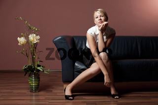 blonde Frau auf einer Couch