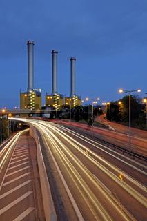 Heizkraftwerk der Firma Vattenfall an der Berliner Stadtautobahn bei Nacht