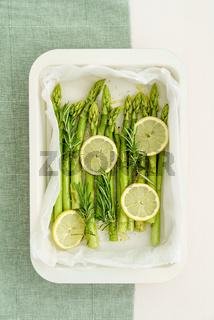 Grünspargel mit Zitronenscheiben