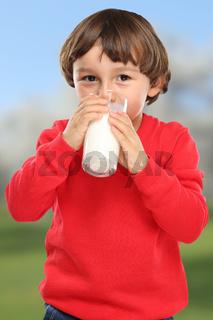 Kind trinken Milch Glas gesunde Ernährung Hochformat