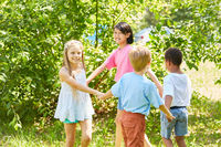 Kinder machen einen Kreistanz