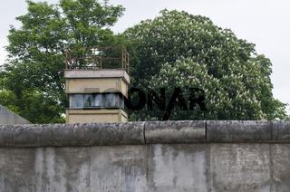 Ehemaliger Wachturm an der Gedenkstaette Berliner Mauer in der Bernauer Strasse, Berlin, Deutschland  Former guard tower at the Berlin Wall Memorial in the Bernauer Strasse, Berlin, Germany