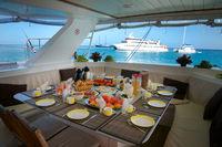 Frühstück an Bord vor den Seychellen