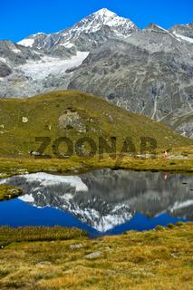 Der Gipfel Dent Blance und sein Spiegelbild in einem Bergsee