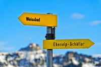 Wegweiser im Appenzellerland zeigt in gegensätzliche Richtungen nach Weissbad und Ebenalp-Schäfler