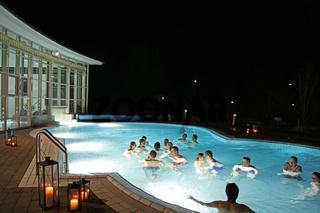 Badegaeste bei Nacht im Aquatoll Solebecken Aussen