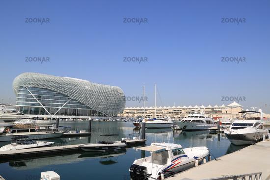 Abu Dhabi, Yas Marina mit Viceroy Hotel an der Formel 1 Rennstrecke
