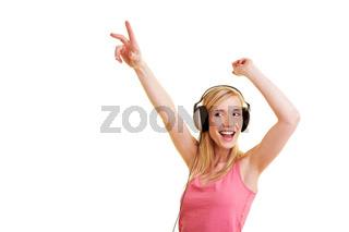 Blonde Frau tanzt mit Kopfhörern
