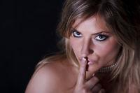 Portrait einer jungen blonden Frau ... psst