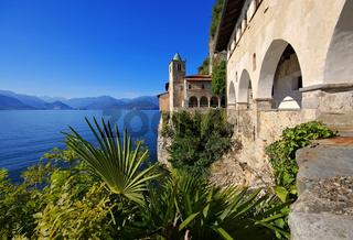 Santa Caterina del Sasso am Lago Maggiore, Italien - Santa Caterina del Sasso on Lago Maggiore, Italy