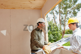 Monteure bauen ein Fenster ein
