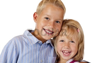 Junge und Mädchen lachen fröhlich in Kamera