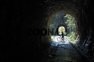 Radfahrerin auf der Waldbahnstraße im Nationalpark Kalkalpen