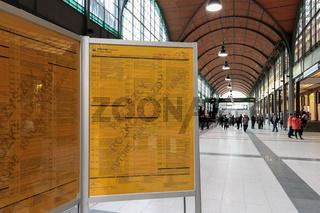 Fahrplantafel im Hauptbahnhof von Breslau