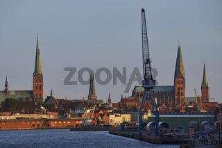 Lübeck, Stadtsilhouette mit Hafenanlagen