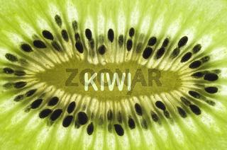Detail einer Kiwi (Actinidia deliciosa, Chinesicher Strahlengriffel, Chinesische Stachelbeere), reich an Vitamin C, mit Schriftzug 'KIWI'