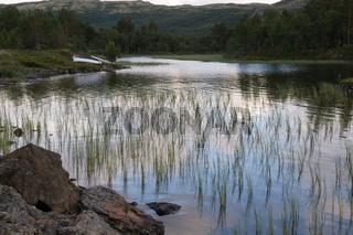 See in Norwegen bei Mitternachtssonne
