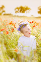 Kleines Mädchen zu Mittsommer mit Blumenkranz