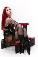 Junge Frau in Fetish Outfit