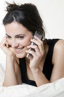 Junge Frau telefoniert mit einem Handy