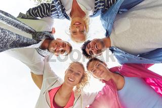 Teenager stehen als Freunde im Kreis