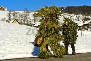 Wüeschte Silvesterkläuse ziehen am Alten Silvester von Haus zu Haus, Urnäsch, Schweiz