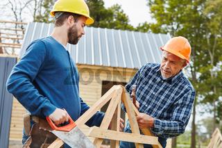 Zwei Handwerker arbeiten in Teamwork