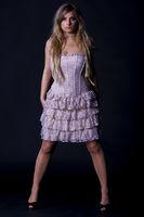 Blonde Frau mit Kleid