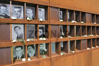 Bilderwand mit Fotos von Maueropfern an der Gedenkstaette Berliner Mauer in der Bernauer Strasse, Berlin, Deutschland  Wall with photos of victims at the Berlin Wall Memorial in the Bernauer Strasse, Berlin, Germany