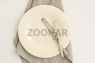 Leerer Teller mit Besteck