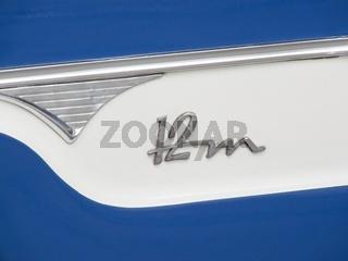 12m Schriftzug / Emblem an einem Oldtimer Ford