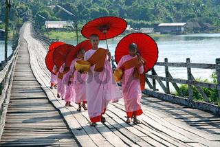Nonnen in Sanglaburi, Thailand