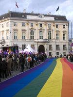 Bundeskanzleramt mit Regenbogenfahne