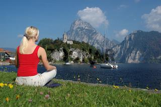 Junge blonde Frau entspannt sich am Traunsee