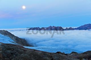 Vollmond über dem Wolkenmeer im Tal von Chamonix, Chamonix, Savoyen, Frankreich