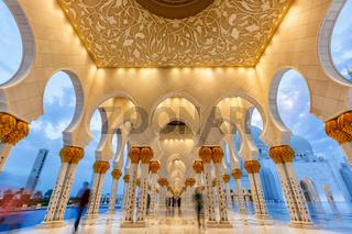 Abu Dhabi Sheikh Scheich Zayed Große Moschee blaue Stunde Säulen Vereinigte Arabische Emirate