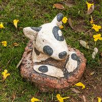 gepunkteter Hund Deko im Garten