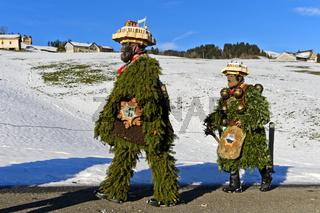 Zwei Naturchläuse gehen am Alten Silvester, Silvesterchlausen in Urnäsch, Switzerland