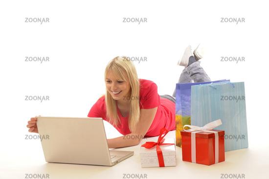 Junge Frau beim online-shopping