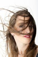 Portrait mit um den Kopf fliegenden Haaren