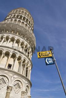 Schiefer Turm von Pisa mit Touristenschild