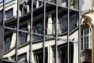 Fenster verzerren in einer Spiegelung